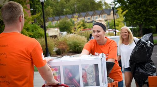 Volunteers helping students move in to Oregon State University